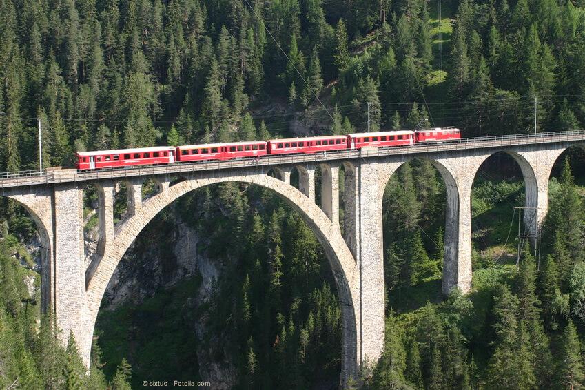 Der Bernina-Express im Kanton Graubünden