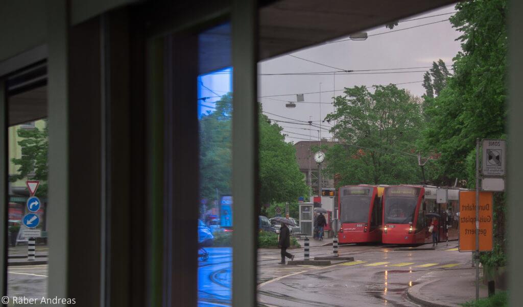 Schnappschuss Spiegelbild Tram Nr. 9 in Bern, Mai 2016